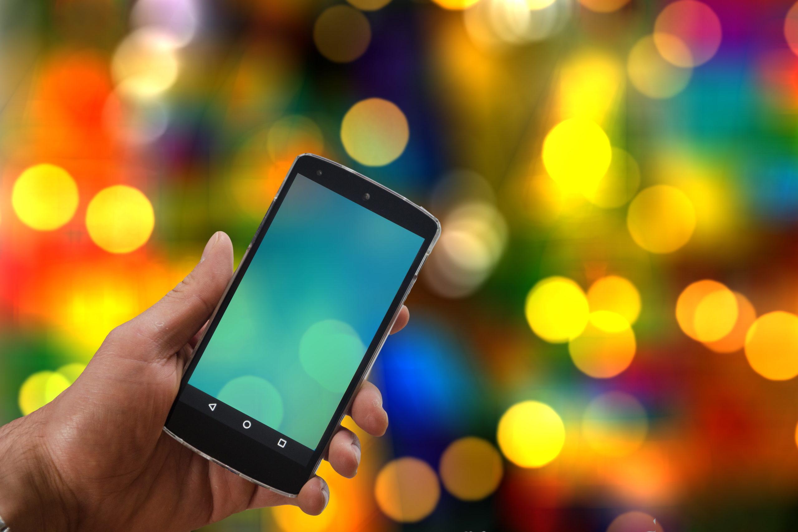 Smartophone sur fond coloré